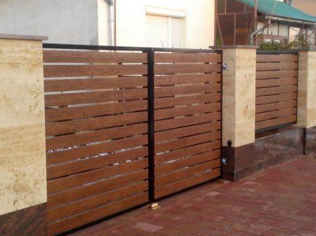 Lemez kerítésléc  egy oldalon famintás 11,5 cm széles